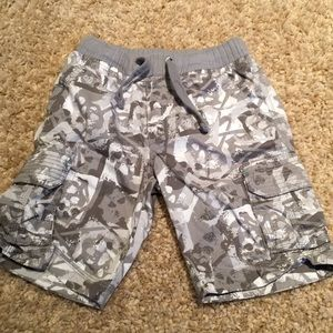 Patterned grey cargo shorts